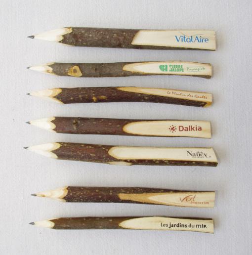 Stylo écologique en bois brut avec bille noire